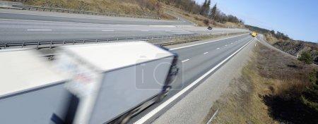 Photo pour Camion en mouvement flou, autoroute droite et vue panoramique . - image libre de droit