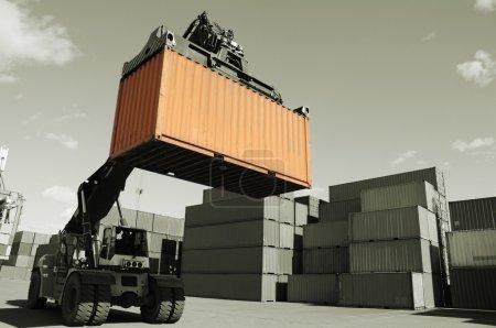 Photo pour Grand chariot élévateur empilant des conteneurs de fret à l'intérieur du port commercial occupé. concept de couleur unique - image libre de droit