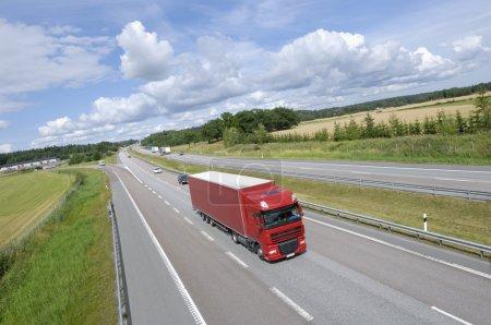 Photo pour Grand camion conduisant sur l'autoroute, large perspective et vue surélevée - image libre de droit