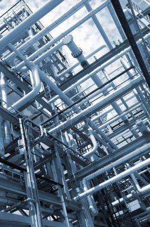 Photo pour Construction de pipelines, de pétrole et de carburant, à l'intérieur d'une raffinerie chimique - image libre de droit