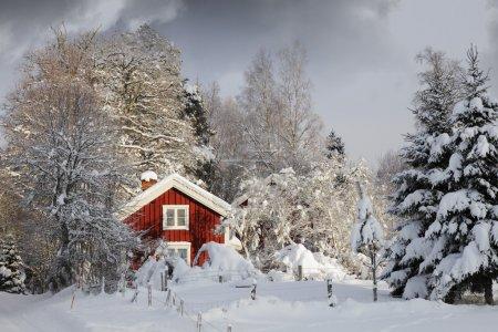 Chalet rouge, hiver enneigé et glace
