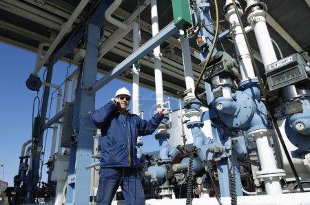 Photo pour Travailleur, ingénieur devant la station service principale, à l'intérieur de la grande industrie pétrochimique - image libre de droit
