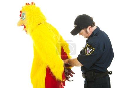 Photo pour Un poulet menotté par un policier. Isolé sur blanc . - image libre de droit