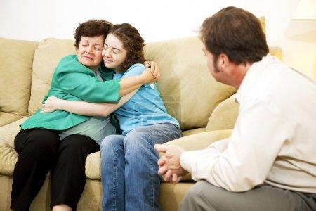 Photo pour Câlin mère et fille lors d'une séance de counseling familial avec un thérapeute . - image libre de droit
