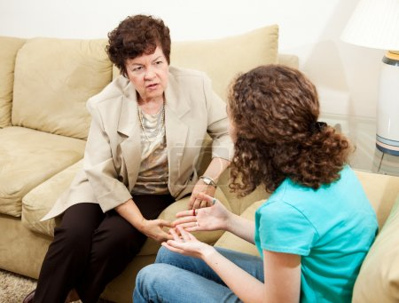 Photo pour Thérapeute féminine bienveillante conseillant une adolescente ou une mère aimante écoutant sa fille adolescente . - image libre de droit