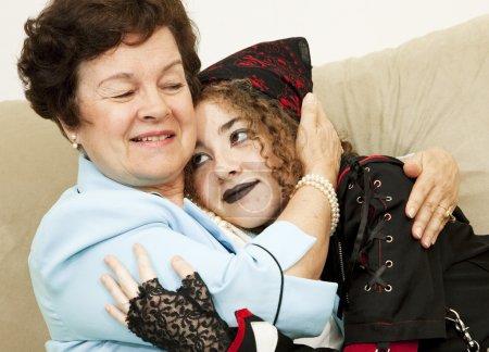 Photo pour Mère et fille de goth rebelle étreignant les uns les autres. - image libre de droit