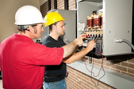 Photo pour Étudiant en enseignement professionnel apprend à réparer un centre de distribution d'énergie industrielle . - image libre de droit