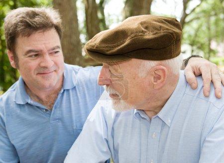 Photo pour Père senior avec son milieu ans fils. mettre l'accent sur le vieil homme. - image libre de droit