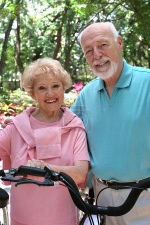 Photo pour Un couple âgé happy, actif pour une balade à vélo. - image libre de droit