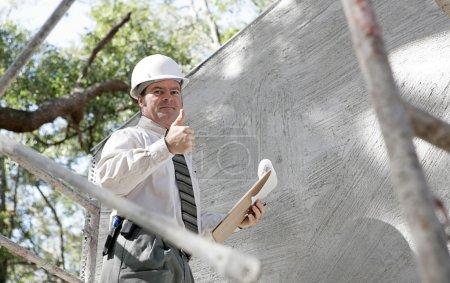 Photo pour Un inspecteur de la construction donne un aperçu pour montrer que le bâtiment a passé l'inspection . - image libre de droit