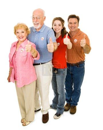 Photo pour Famille des électeurs américains de tous âges, corps entier isolé sur blanc. J'ai voté autocollants sont génériques, ne pas une marque déposée. - image libre de droit