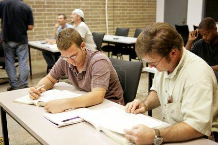 """Photo pour Un cours d """"éducation des adultes faisant de la recherche à leur bureau . - image libre de droit"""