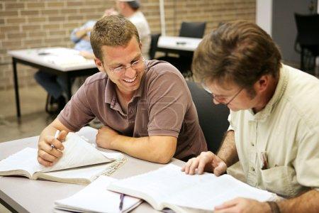 Photo pour Étudiants en éducation des adultes étudiant ensemble en classe . - image libre de droit