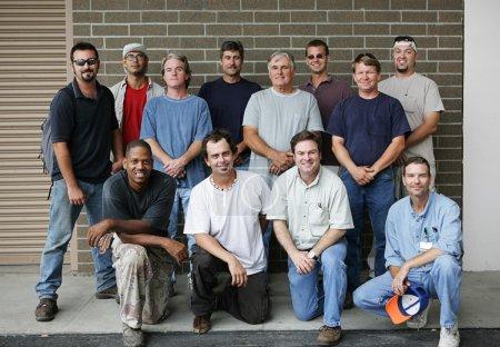 Photo pour Photo d'un groupe de beaux ouvriers de l'université technique. Différents âges et ethnies représentés . - image libre de droit