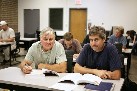 Photo pour Un homme dans la cinquantaine de retour à l'école pour une formation professionnelle . - image libre de droit