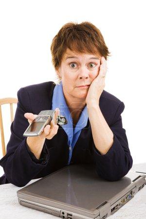 Foto de Empresaria madura molesta porque el negocio está muerto - llamadas telefónicas ni el tráfico de internet. - Imagen libre de derechos
