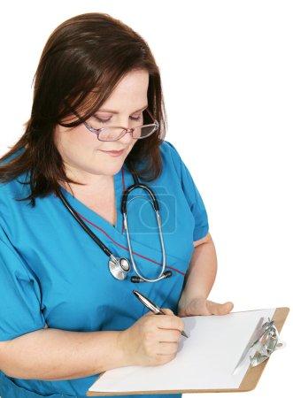 Krankenschwester macht sich Notizen