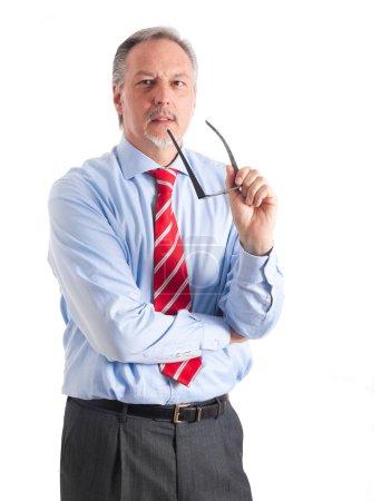 Photo pour Portrait d'un consultant principal tenant ses lunettes tout en expliquant quelque chose - image libre de droit