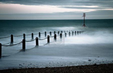 Photo pour Vagues roulent sur ce paysage marin serein mais mouvant - image libre de droit