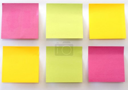 Photo pour Six notes collantes multicolores collées sur un mur blanc . - image libre de droit