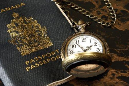 Photo pour Un voyageur international a un passeport et une montre de poche prêts . - image libre de droit