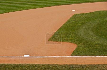 Photo pour Une partie d'un parc de baseball entrepiste herbe montrant les deuxième et troisième bases. - image libre de droit