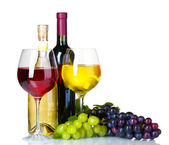 Zralé hrozny, sklenice na víno a láhev vína