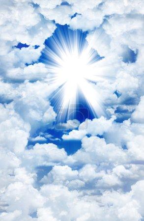 Photo pour Lumière divine à travers les nuages - image libre de droit